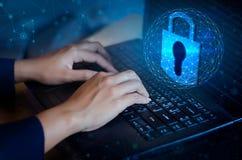 按进入在计算机上的按钮 关键在高科技黑暗的锁保安系统摘要技术世界数字式链接网络安全 免版税库存图片