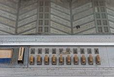 按钮、信件和播放表在老自动电唱机控制板  库存照片
