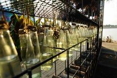 按顺序垂悬的一定数量的装饰瓶 免版税库存图片