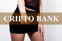 按cripto一个虚屏的银行按钮的短裙的女实业家 隐藏货币的交换和生产 库存图片