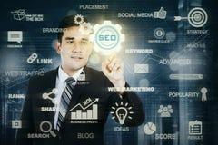 按SEO按钮的男性企业家 免版税图库摄影