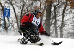 挑战下坡竟赛者滑雪 免版税图库摄影
