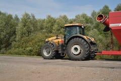 挑战者拖拉机和Horsch拖车 免版税图库摄影