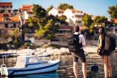 挑运年轻人做自由职业者的摄影师旅行和 体验不同的文化,摄影新闻工作 新闻纪录片的旅行 免版税库存照片