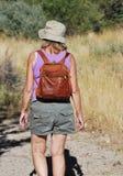 挑运美丽的女性远足者的亚洲人高涨横向模型风景西班牙teide tenerife非常火山的火山年轻人 免版税库存图片