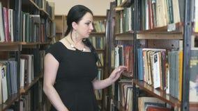 挑选课本的少妇在图书馆 股票视频