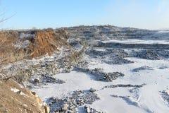 挖坑在建筑石头的生产用开放方式 免版税库存照片