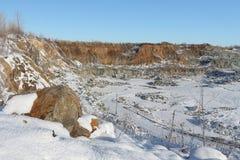 挖坑在建筑石头的生产用开放方式 免版税库存图片