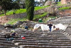 挖掘其中一个体育场的考古学家在废墟在特尔斐希腊 免版税库存照片