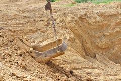 挖掘在黏土的发展砖生产的 免版税库存照片