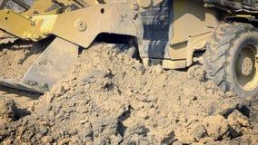 挖掘孔 黄色挖掘者在大厦运转 建筑机械,地面工作 股票视频