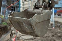 挖掘机倾吐石头 免版税库存图片