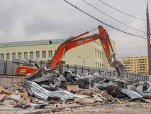 挖掘机取消建筑废料 俄罗斯,莫斯科, 2017年10月 库存照片