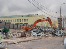 挖掘机取消建筑废料 俄罗斯,莫斯科, 2017年10月 图库摄影
