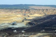 挖掘机和大量手段露天开采矿煤矿科斯托拉茨 免版税库存照片