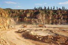 挖掘机和车在猎物运转 概念石渣机械多种开采坑 库存图片