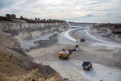 挖掘机和运转和提取在a的翻斗车白垩 免版税图库摄影