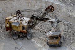 挖掘机和运转和提取在q的翻斗车白垩 免版税图库摄影