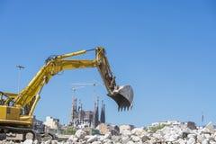 挖掘机和Sagrada Familia 免版税库存图片