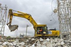 挖掘机和Sagrada Familia 免版税库存照片