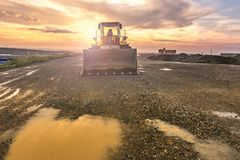 挖掘机在一个工作日结束时在建造场所 图库摄影