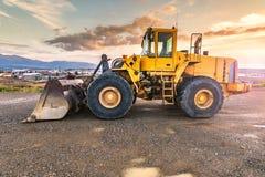 挖掘机在一个工作日结束时在建造场所 库存照片