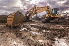 挖掘机在一辛苦在工地工作的工作 库存照片