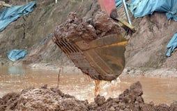 挖掘机在大量掘土的过程中取消泥 库存图片
