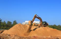 挖掘机在工作 免版税库存图片
