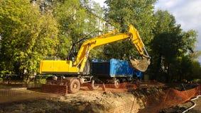 挖掘机在工作 免版税库存照片