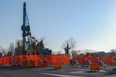 挖掘机在建造场所汇编加工与增强滤网的一个巨大的模子concreting的 库存图片