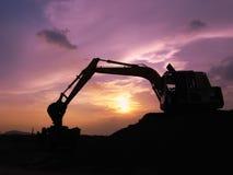 挖掘机在掘土工期间的装载者机器运转得户外 免版税库存照片