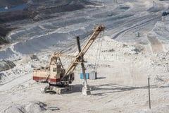 挖掘机在白垩猎物采矿,别尔哥罗德州,俄罗斯运转 免版税库存照片