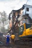 挖掘机在莫斯科拆毁老苏联公寓 免版税库存照片