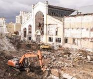 挖掘机在莫斯科, nea的中心的毁坏大厦 库存照片