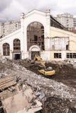 挖掘机在莫斯科, nea的中心的毁坏大厦 库存图片