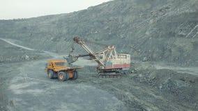 挖掘机在转储身体卡车装载石灰石矿石 o 股票视频