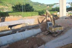 挖掘机在建造场所运转在深圳 免版税库存图片