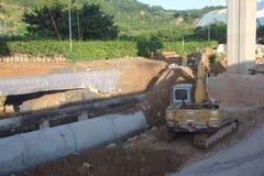 挖掘机在建造场所运转在深圳 库存图片