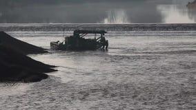 挖掘机小船清疏的沉积泥 股票视频