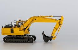 挖掘机履带牵引装置在白色背景的装载者模型 免版税图库摄影