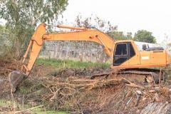 挖掘机履带牵引装置在站点修造池塘 库存照片