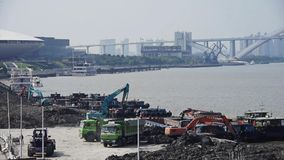 挖掘机工作&倾销者卡车在建造场所、上海码头&运输 股票录像