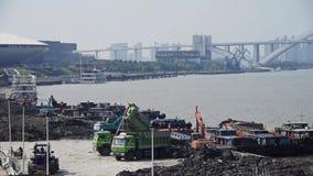挖掘机工作&倾销者卡车在建造场所、上海码头&运输 影视素材