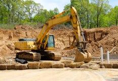 挖掘机开掘在地球的一个新孔 免版税库存图片