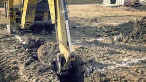 挖掘机开掘房子的基础 挖掘孔 建筑机械,地面工作 挖掘者在大厦运转 Buc 股票视频