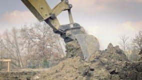 挖掘机开掘房子的基础 挖掘孔 建筑机械,地面工作 挖掘者在大厦运转 Buc 影视素材