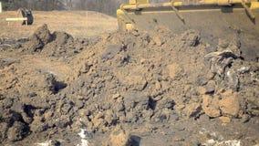 挖掘机开掘房子的基础 挖掘孔 建筑机械,地面工作 挖掘者在大厦运转 Buc 股票录像