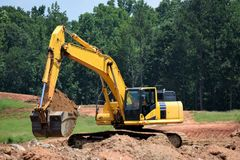 挖掘机开掘的基础 免版税库存照片