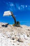 挖掘机开掘的黏土 免版税库存照片